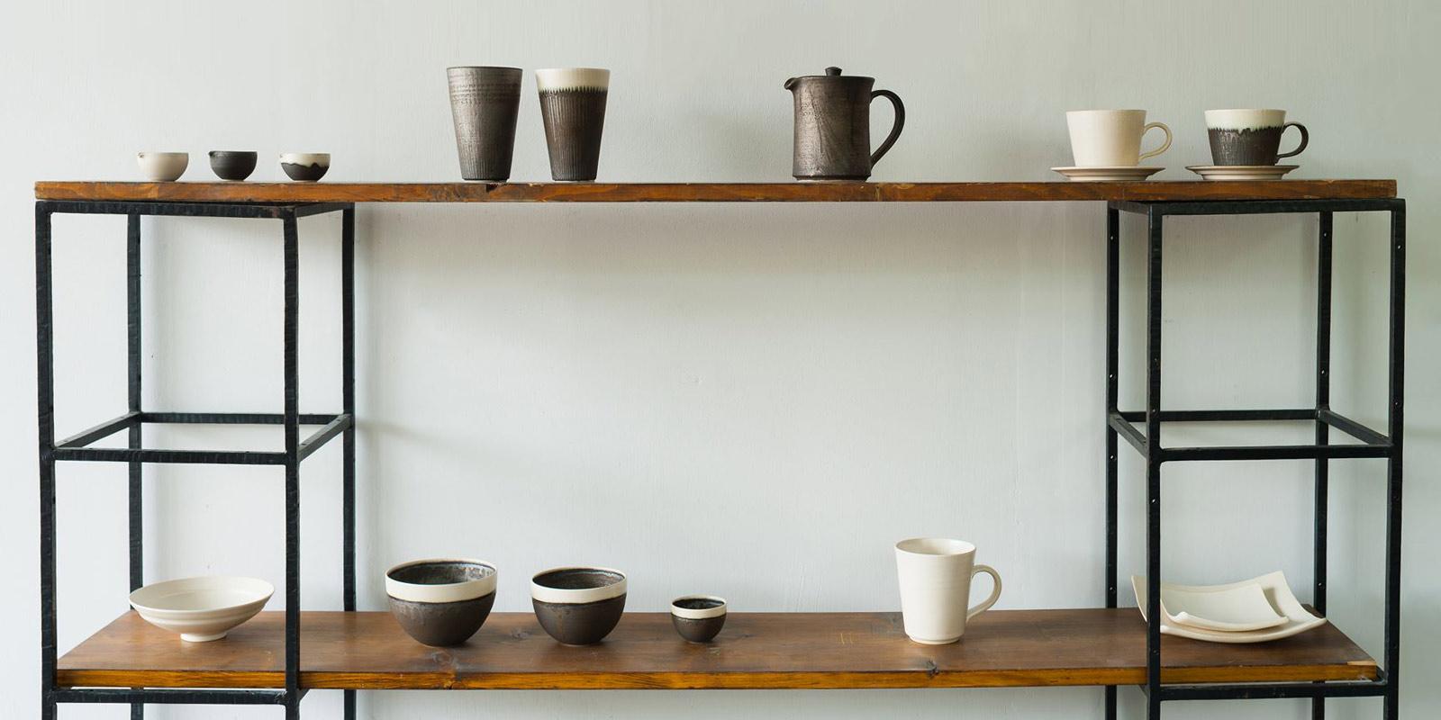 生活に寄り添う器。料理を盛ったときはもちろん、収納したときの美しさにもこだわった器たちは生活に楽しさを与えてくれる。トキノハはそんな「生活に寄り沿う器」をコンセプトにした京都・清水焼のお店です。